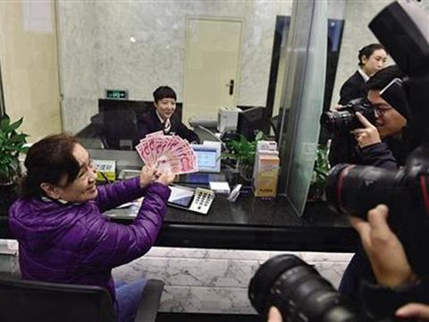 女子银行取出百元纸币引众人拍照,当场有人出万元兑换,遭拒绝!