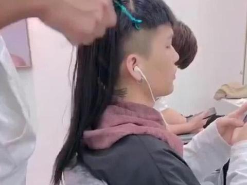 年轻帅哥到美发店接长头发,发型完成后,网友:颜值高果然任性!