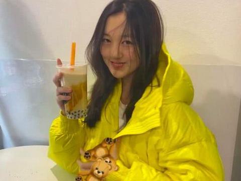 王菲女儿也节省,李嫣黄色羽绒服反复穿,出国不用父母陪