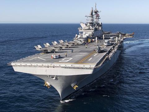 全球最先进的两栖攻击舰排水量高达45000吨可搭载20架隐形战斗机