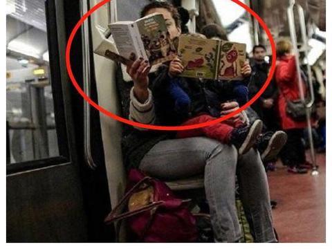 小男孩在地铁上乖乖看书,乘客问如何教育,妈妈的回答让人们点赞