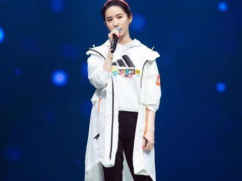 """刘亦菲不愧是""""神仙姐姐"""",32岁穿运动装扎发带,清纯似高中生"""