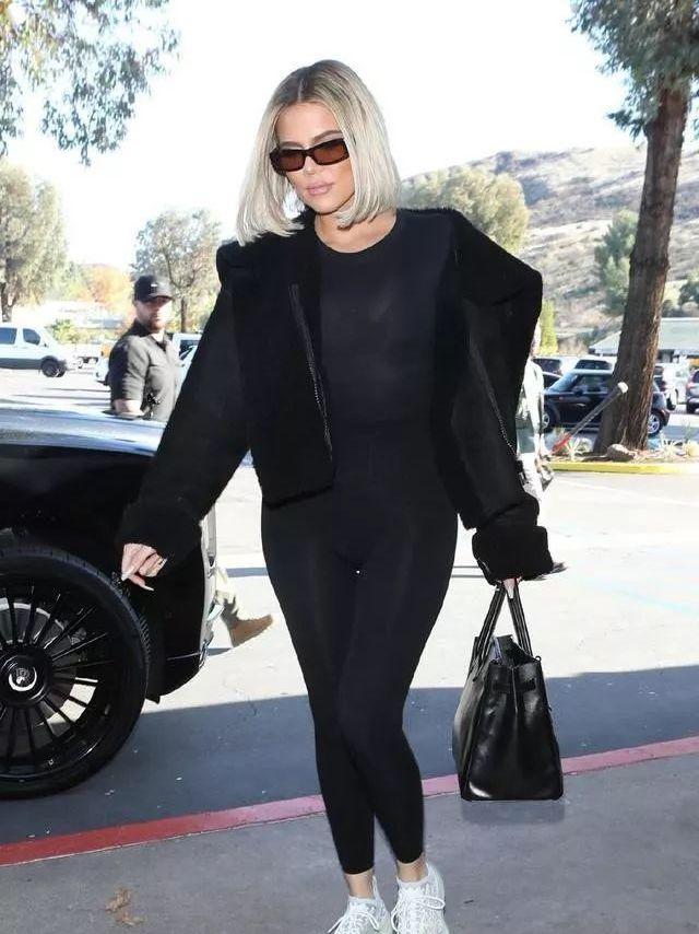 科勒·卡戴珊穿黑色紧身衣搭配皮草,波波头造型像金·卡戴珊