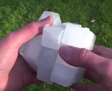 男子用冰块制作了一个魔方去参加比赛,结果还没开始冰块已经融化