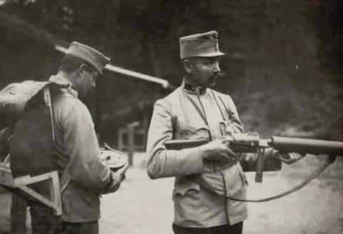 一战奥地利M1915,史上最重的冲锋枪,没有好体格根本抱不动