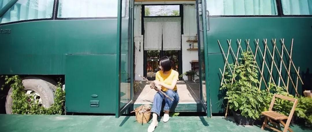 90后姑娘花1.2万爆改破大巴车成绝美花房!只上过2天班的她,却活成无数人梦想的模样:因为她教会我们如何做自己