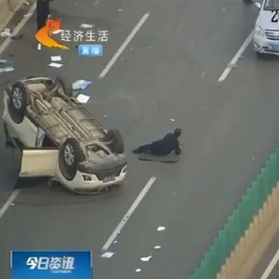 事发石家庄!两司机高架桥上开斗气车,无辜SUV被掀翻在地
