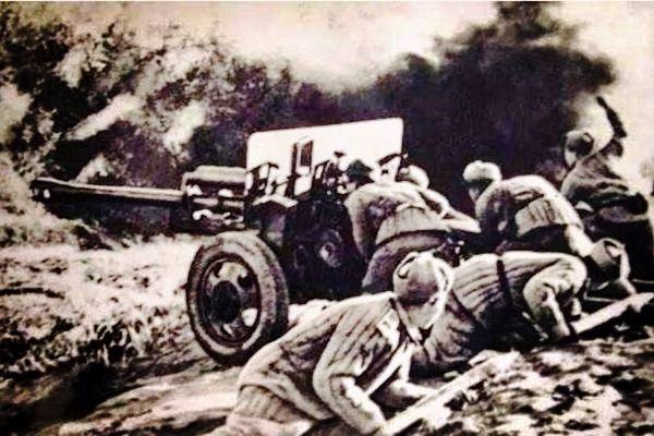 敌军坦克扭头想跑,志愿军抓住报仇良机开炮,班长:看你往哪里跑