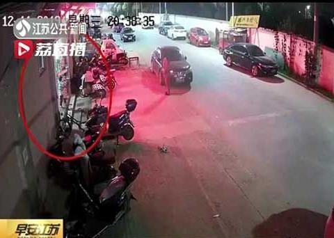 大意不得!爸爸一个疏忽 泰州一4岁男童突然冲到马路中间被撞飞