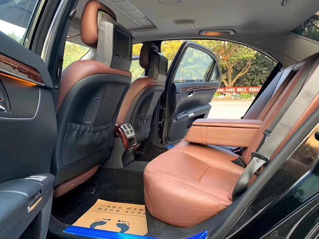 实拍这辆奔驰S550仅售8万,外观大气沉稳,大佬们最爱的一款