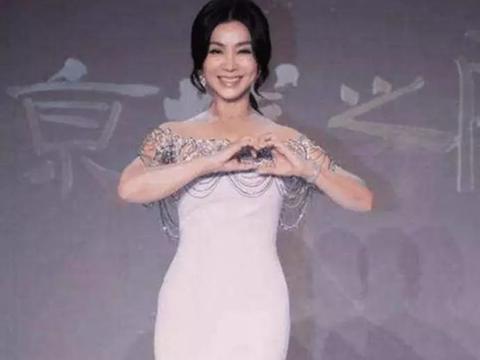 她曾经包养过罗志祥, 随手给6千万分手费, 如今62岁穿着大胆