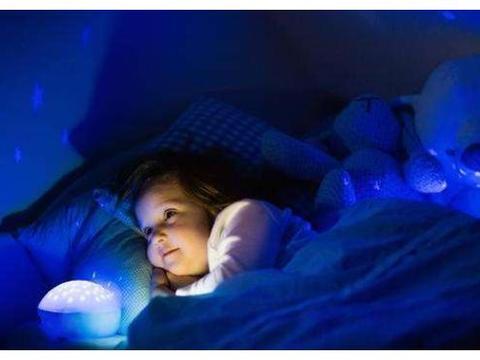 """为什么孩子睡觉会怕黑?黑夜放飞了孩子的""""想象力"""""""