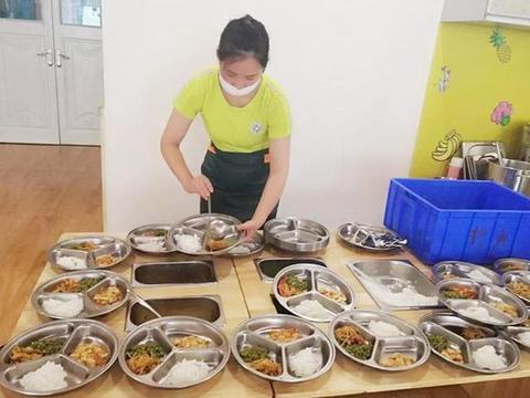 幼儿园伙食费昂贵,家长抱怨不止,学校的做法让家长瞬间闭嘴