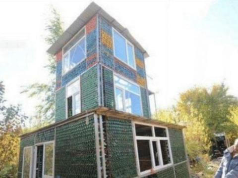 男子模仿国外,用啤酒瓶子建房子,还没建好意外就发生了