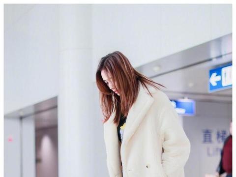 刘芸真耐冻,大冬天还露脚踝,大衣搭配铅笔裤,时尚感不输小姑娘