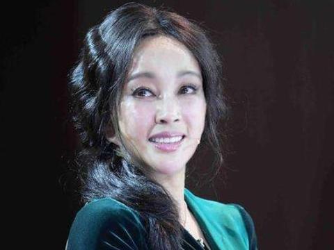 刘晓庆和前夫同台,相互道歉轻抚脸庞,释怀相拥,网友:深爱过