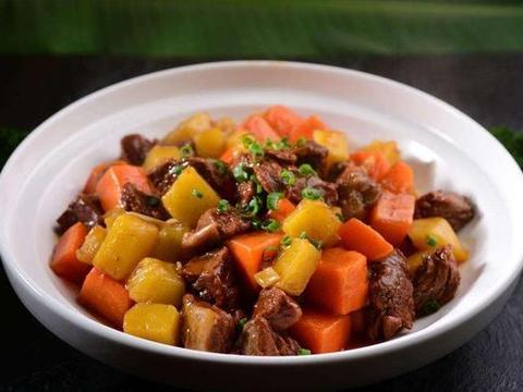 冬天来了,来一道土豆胡萝卜烧牛腩,炖着吃特别美味,暖身又暖胃