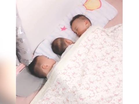 三胞胎终于睡着了,妈妈掀开被子看到这幕,瞬间心都融化了