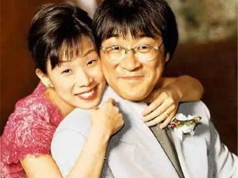 52岁林忆莲素颜出门,与小11岁帅男友约会,望着男友一脸宠溺