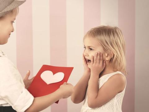 妈妈为防止儿子早恋,把男孩当女孩打扮,结果适得其反