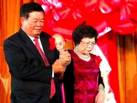 中国最慷慨的慈善家:他36年捐款上百亿,全部身家还给了结发妻子
