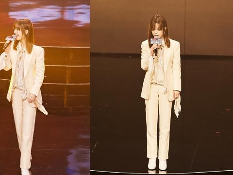 赵薇节目新造型优雅又帅气,身穿米色西装干练洒脱,气场十足