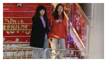 陈奕迅女儿陈康堤陪妈妈逛街,元气十足的样子真招人喜欢