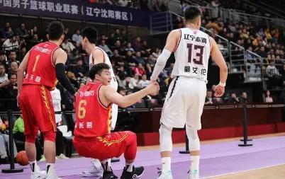 吉林男篮打江湖球,第四节不上外援琼斯让人难以理解,王晗玩套路
