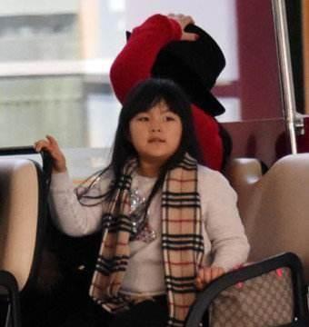 10岁王诗龄过圣诞假晒美照,小圆脸变小尖脸,出去玩自带摄影师