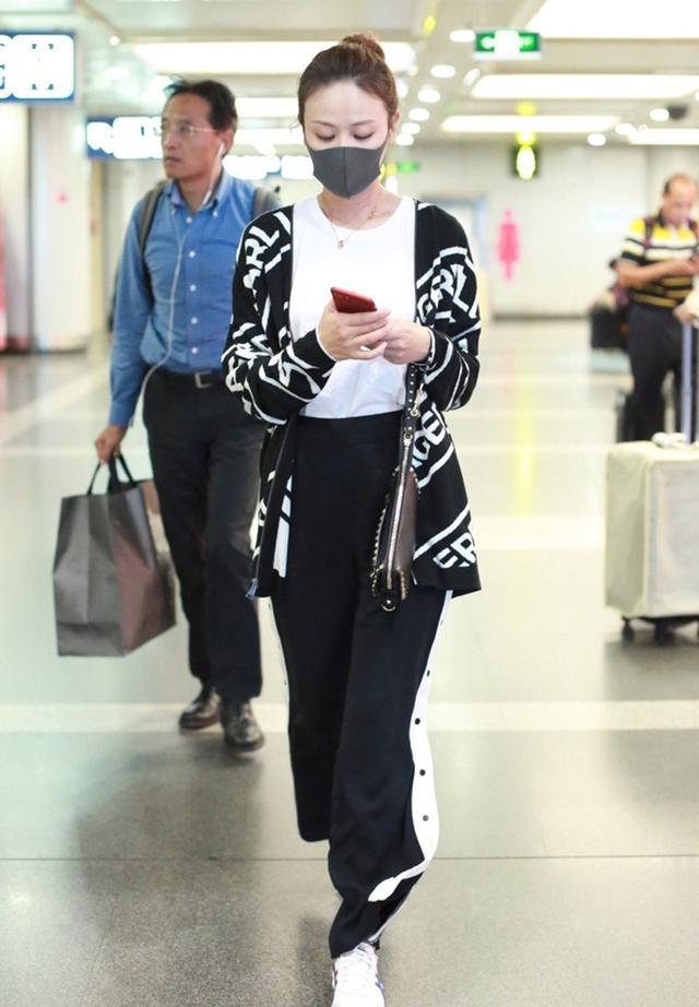 34岁叶一茜终于开窍,白衣黑裤简单优雅走机场,不秀腿反而更美!