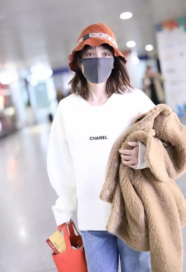 吴昕穿泰迪熊大衣走机场,渔夫帽戴出少女感,这衣服谢娜搭的?