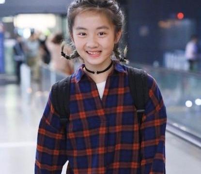 黄磊带女儿走机场,有谁注意黄多多的手腕?网友:果然是有钱人