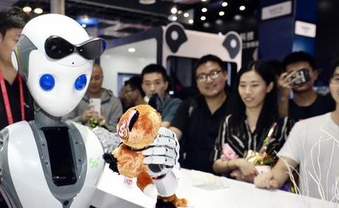 在上海世界人工智能大会上,连发礼物的都是机器人
