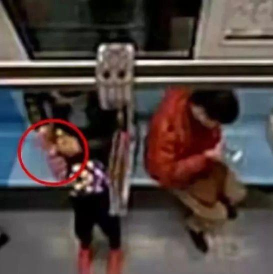 阿姨把老伴骨灰袋忘在地铁上,贪吃乘客竟当美食袋喜滋滋捡回去...