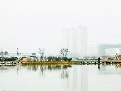 冬雾迷蒙中的天水湖竟美成了一幅淡彩水墨画