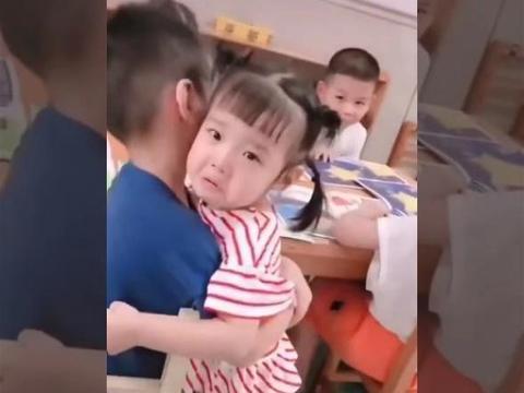 小班妹妹哭鼻子,跑到中班哥哥那里求安慰,网友:爱了……