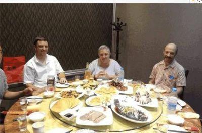 老外首次吃中国菜,一人点一道菜,看到他们吃法,旁边服务员笑喷