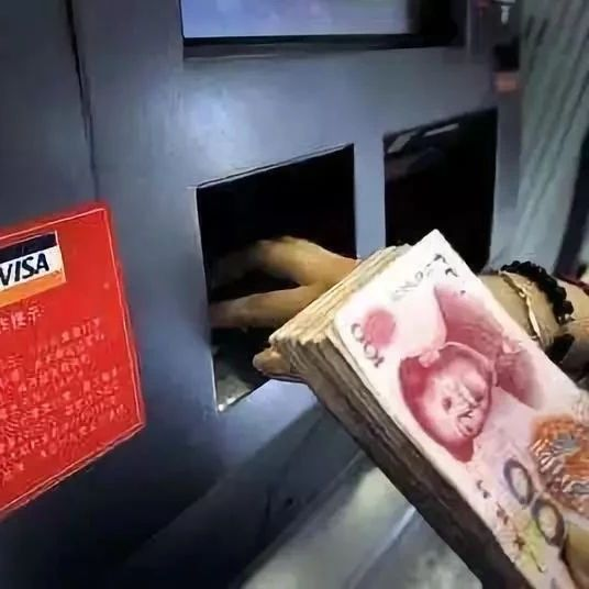 啥情况?一台ATM机正自动吐钱?!男子捡了6500元后悲剧了…