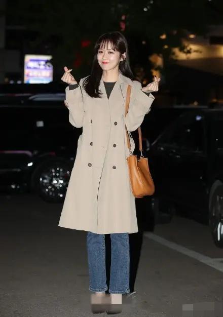 张娜拉穿卡其色长款风衣时尚又拉风,下身配微喇牛仔裤显腿长?