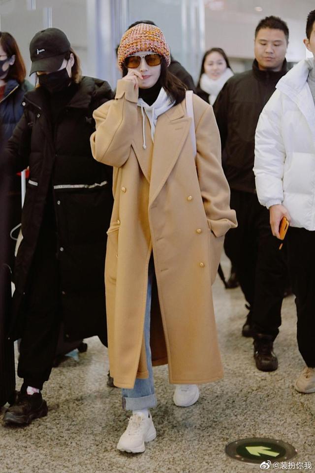 秦岚穿驼色长款大衣、牛仔裤卷裤脚配白色运动鞋,穿搭很少女活力