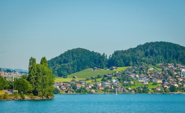 瑞士伯尔尼州阿尔卑斯山北麓的一个湖泊,被认为是瑞士最纯净的湖