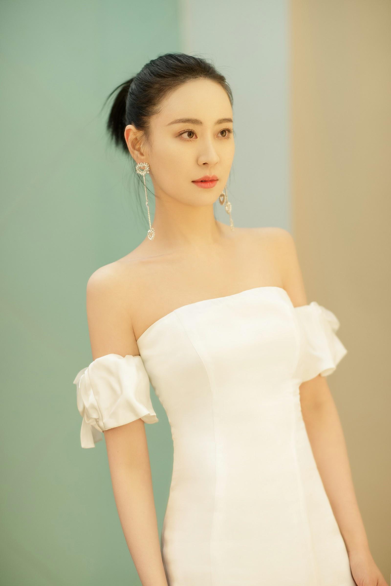 王乐君亮相跨年晚会 直角肩惊艳女神范max