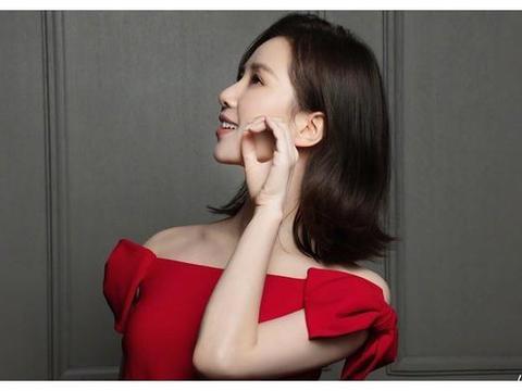 刘诗诗一字红裙亮眼,许久不见,新年新气象