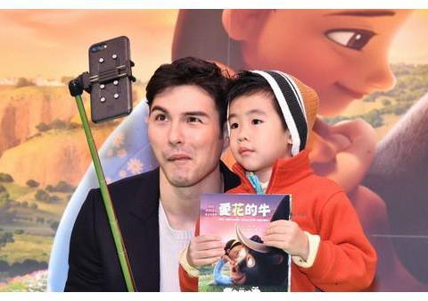 凤小岳满口爸爸经,献声《萌牛费迪南》向2岁儿取经!
