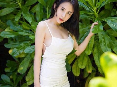 白色吊带露背裹臀短裙,黑色开胸高开叉裙