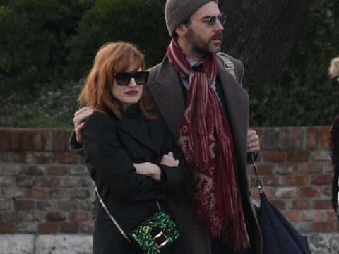 杰西卡·查斯坦和丈夫甜蜜度假!43岁好莱坞劳模姐,气质不减当年