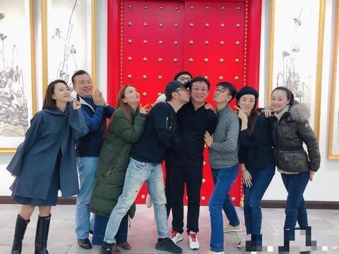 新年朱军儿子朱思潭罕见出镜,49岁老婆气质妆容精致!
