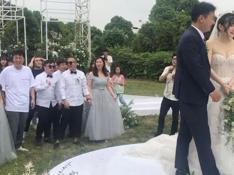 杜海涛参加经纪人婚礼,豪送房子一套,新娘直接将捧花送给沈梦辰
