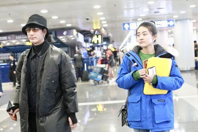 蒲巴甲现身机场,穿大袄戴渔夫帽撞脸王力宏,身边女友素颜像天仙