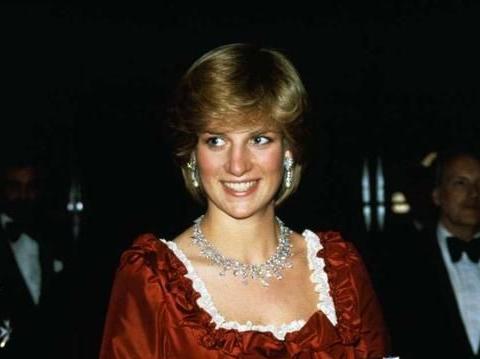 世上最壕老太太,千万珠宝大方借人,看看谁是女王最偏爱的人?